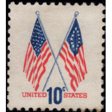 1973, Декабрь. Почтовая марка США. 50-звездочные и 13-звездочные флаги. 10 центов