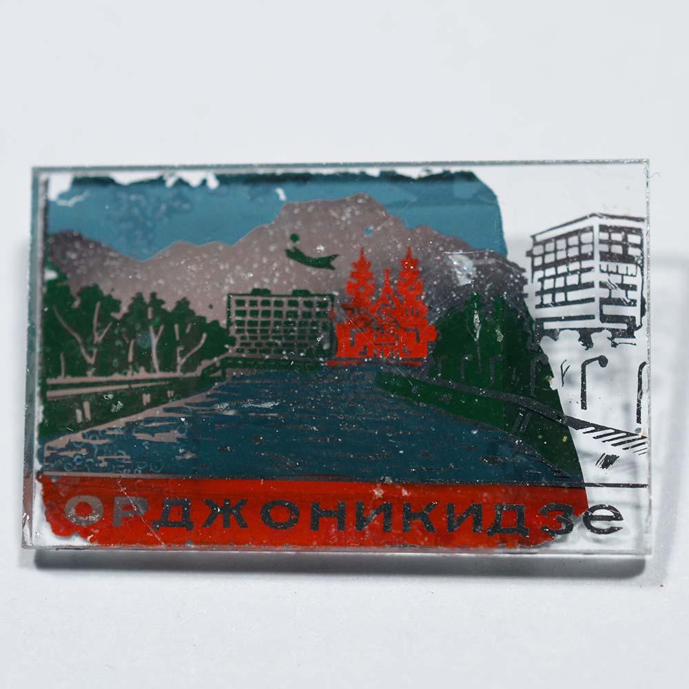 Значок стеклянный город Орджоникидзе