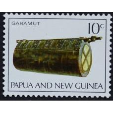 1969, октябрь. Почтовая марка Папуа-Новой Гвинеи. Музыкальные инструменты. 10 центов